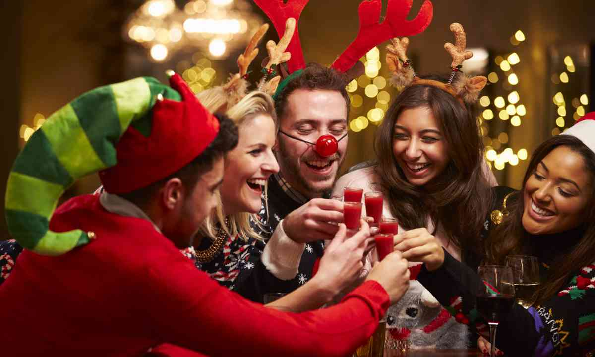Christmas jumper drinks (Shutterstock.com)