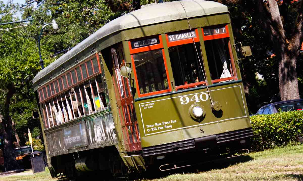 Streetcar to the Garden District (Dreamstime)