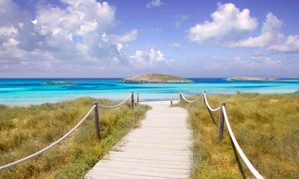 Beach bath leading to Illetas Paradise beach (Dreamstime)