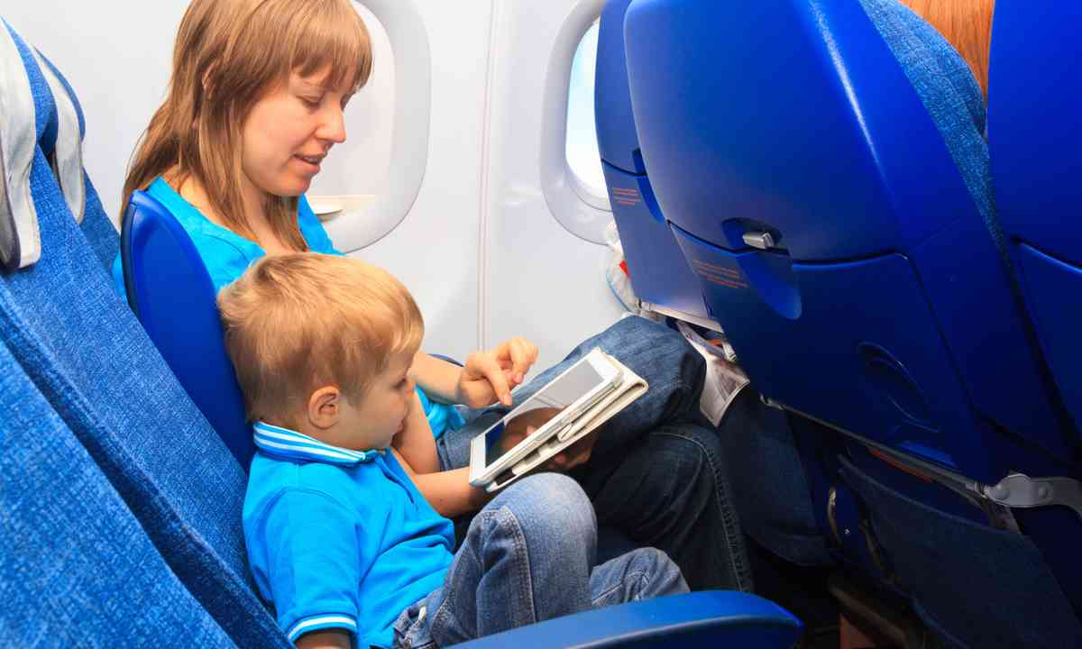 Parent taking the time to keep her child entertained (Dreamstime)