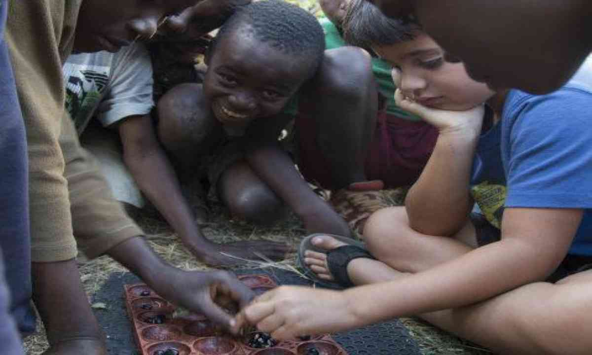 Luca playing a game with orphans (Edwina Cagol)
