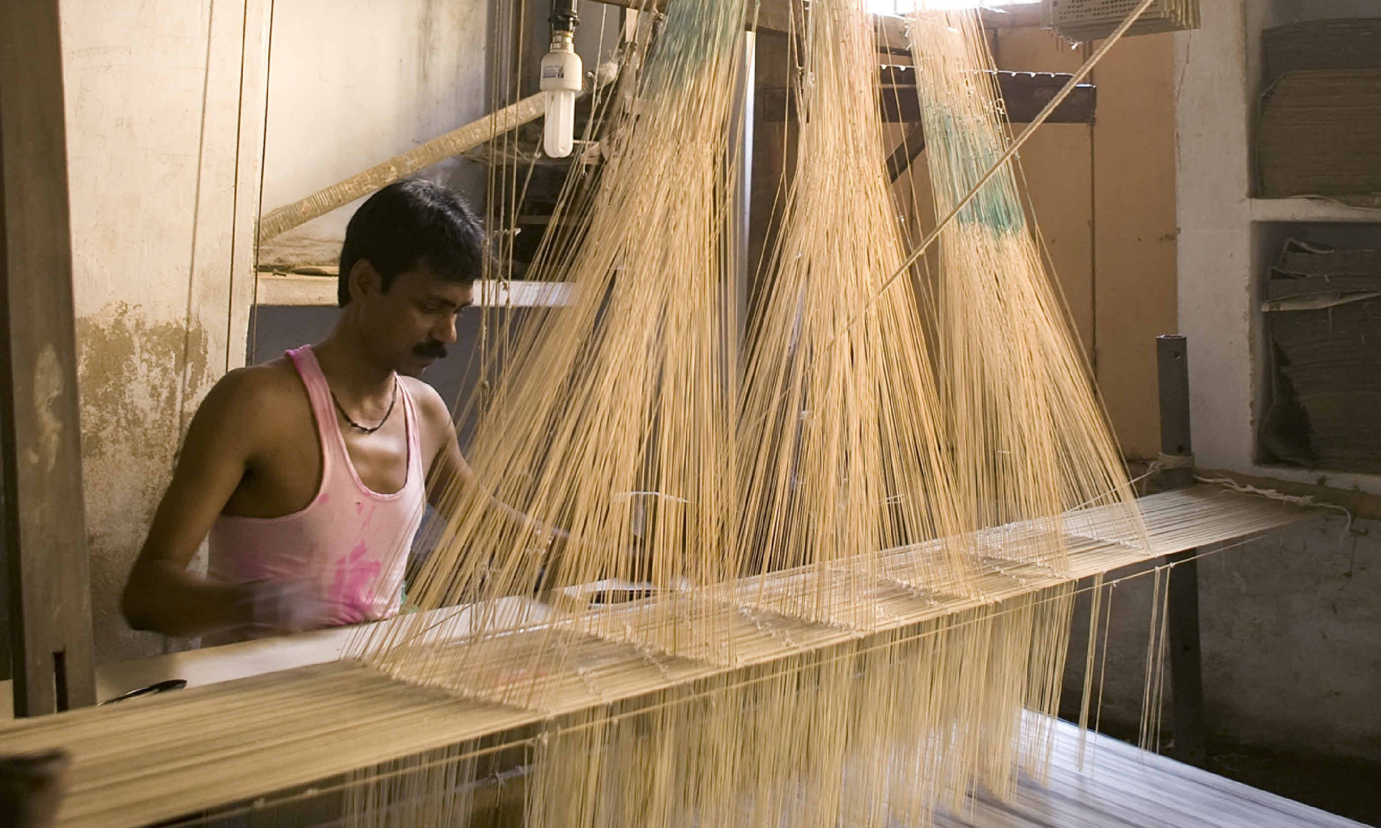 Making sari cloth (Shutterstock)