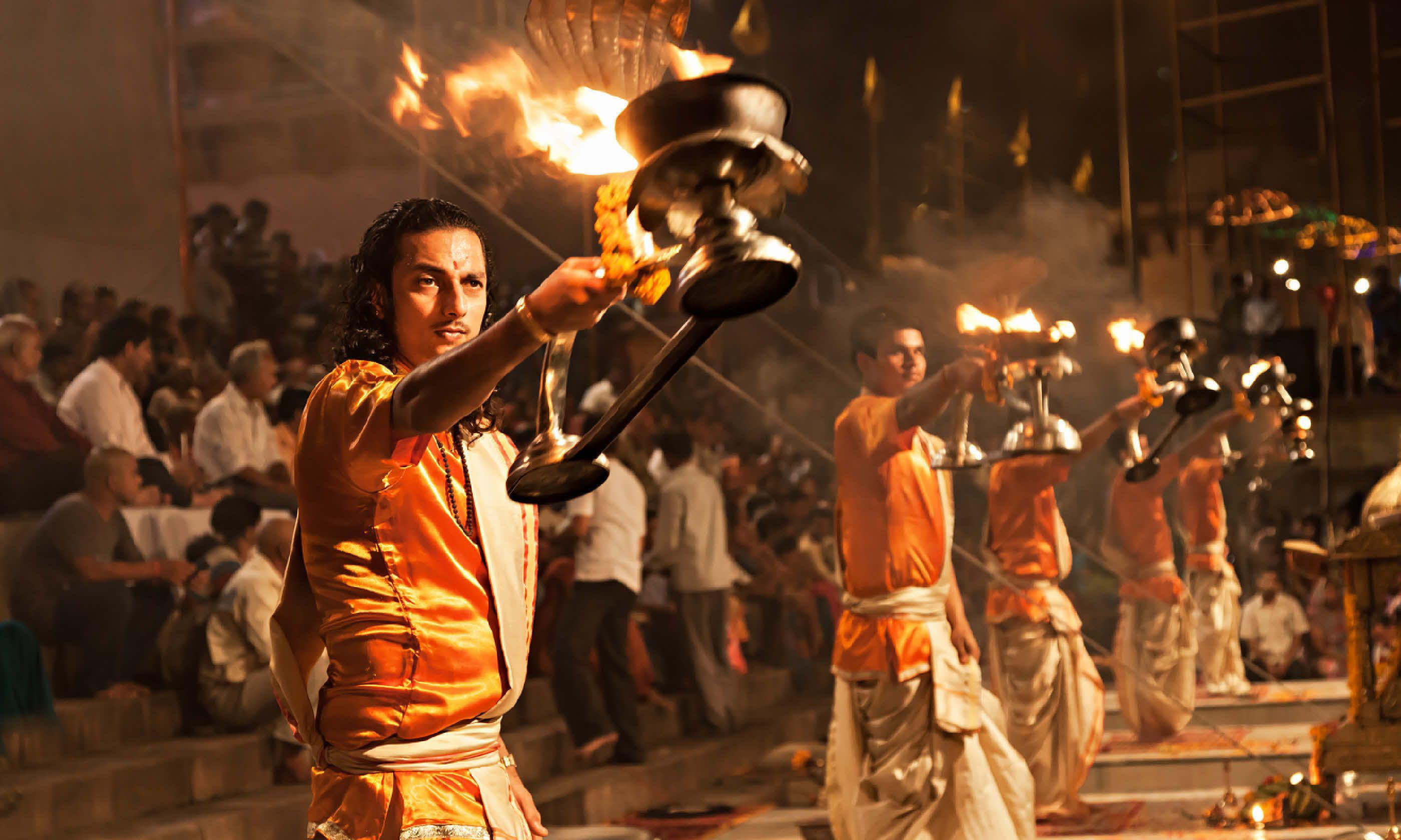 Ganga Aarti ritual (fire puja) (Shutterstock)