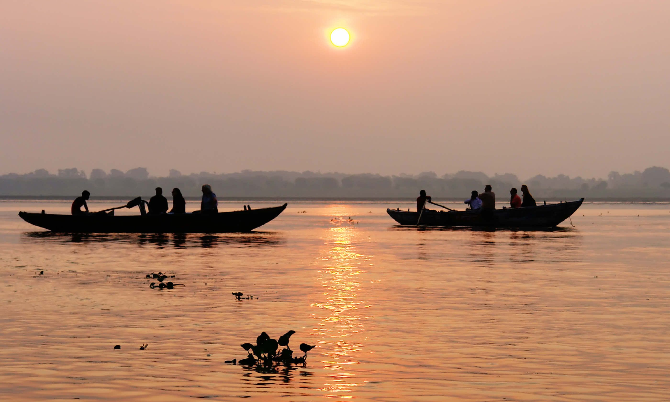 Traditional boat trip on Ganjes river at sunrise (Shutterstock)