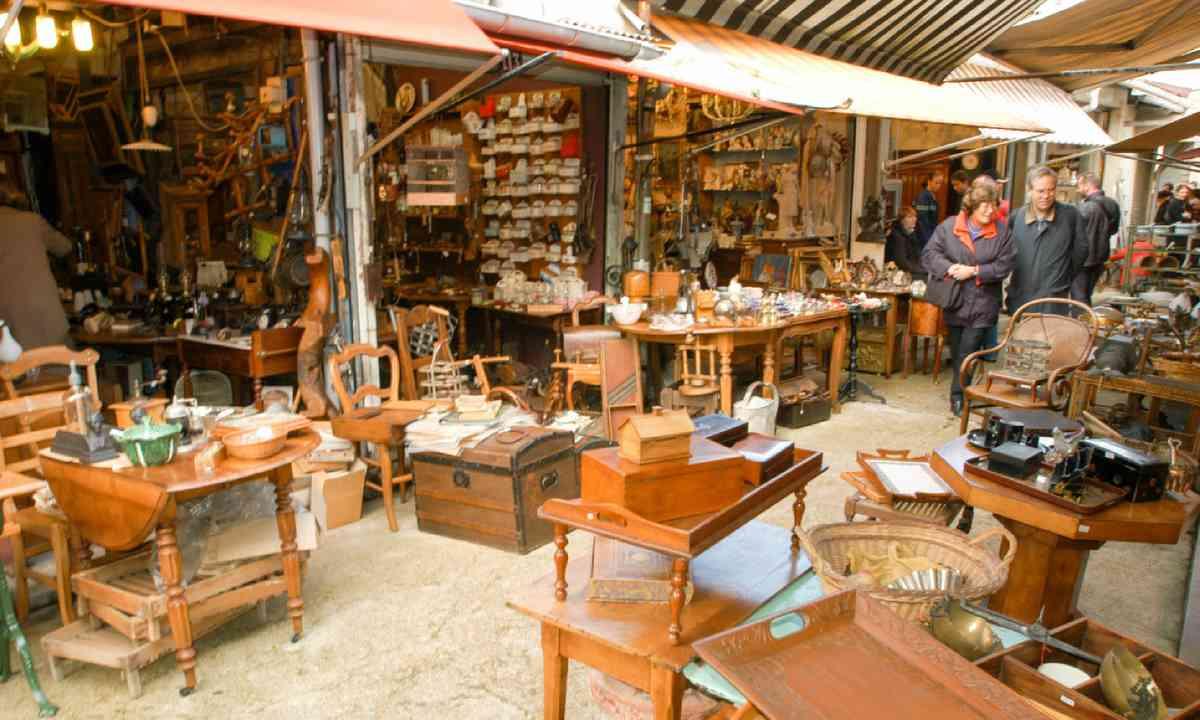 Flea market shopping in Paris (Shutterstock)