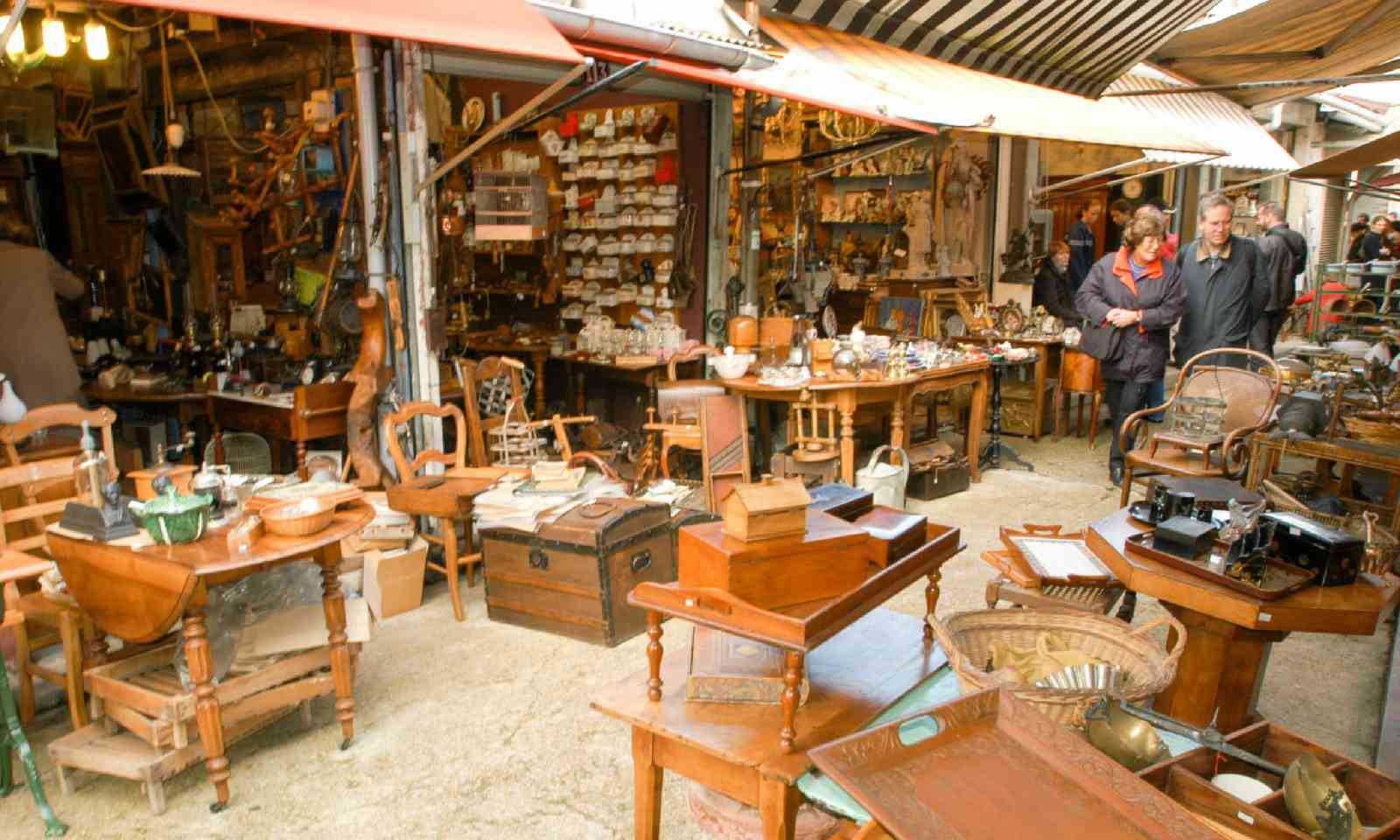 Flea market shopping in Paris (Shutterstock)