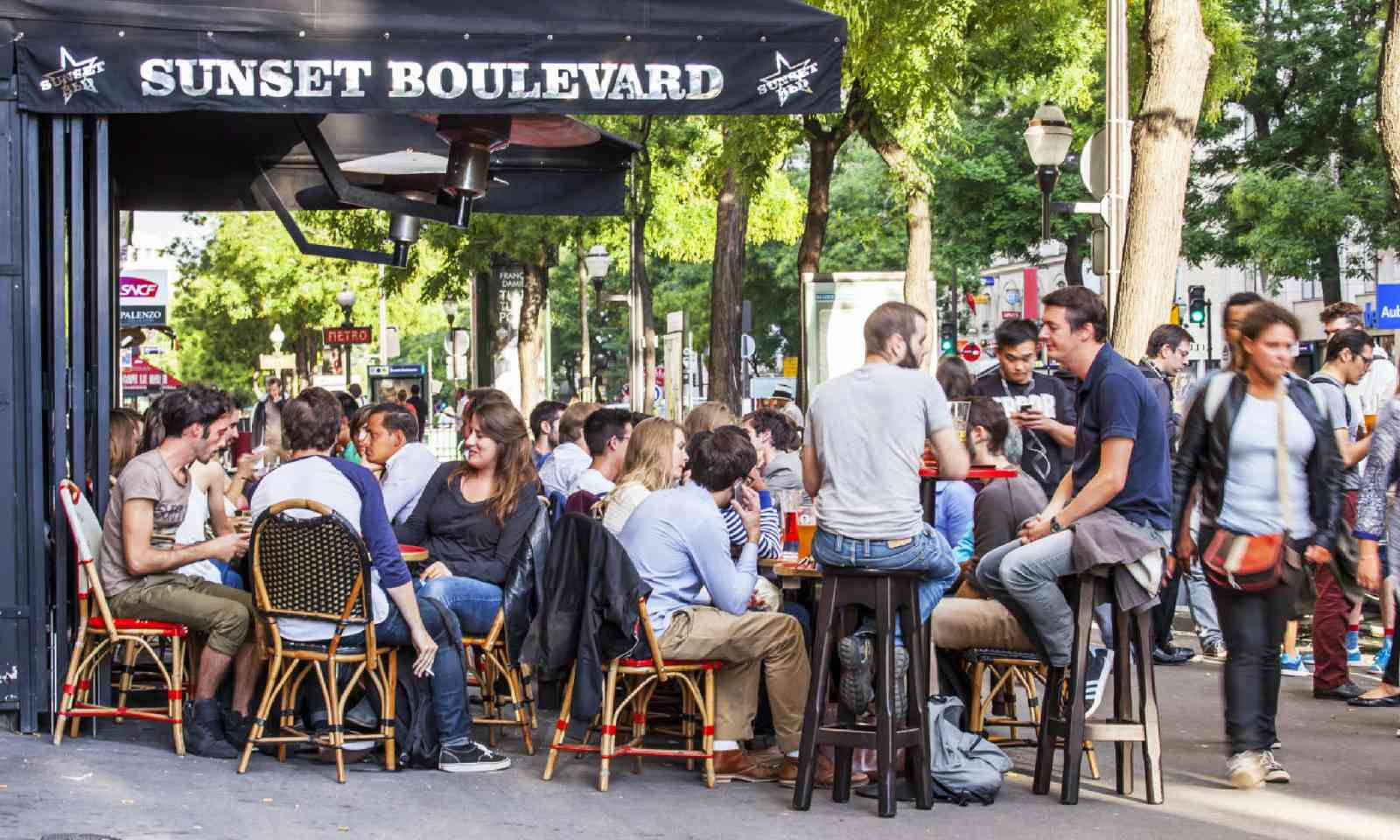 Paris cafe (Shutterstock)