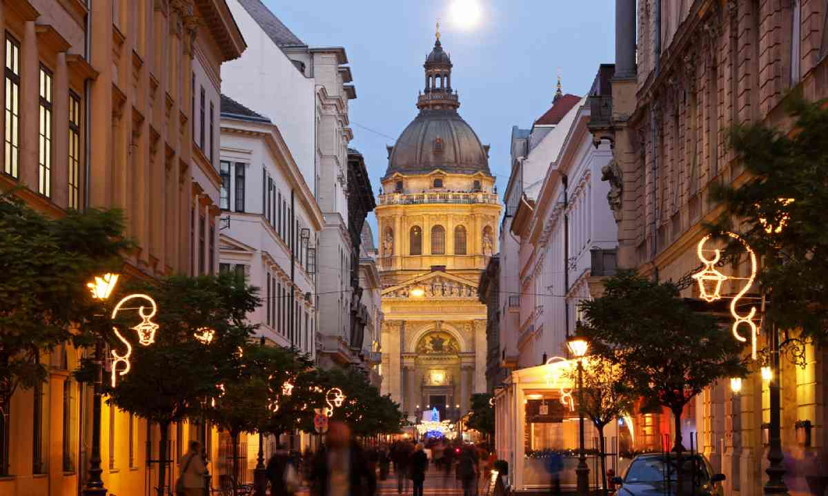 Christmas market in front of St Stephen's Basilica in Budapest (Shutterstock)