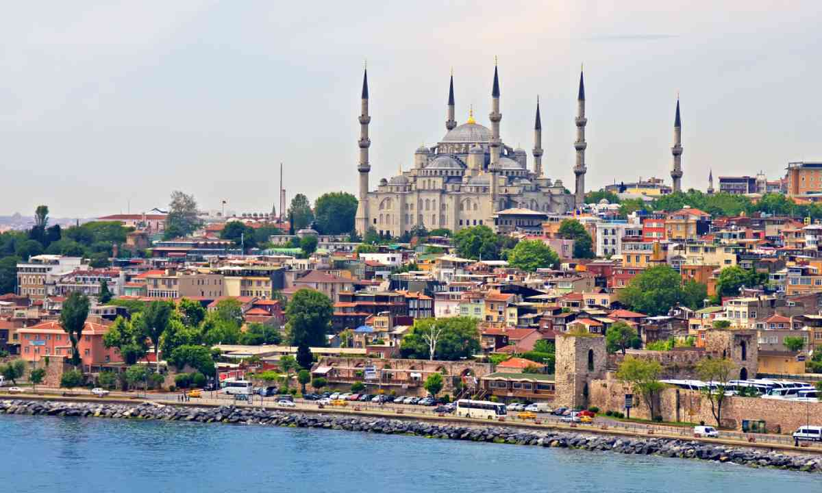 Blue Mosque and Istanbul (Shutterstock)