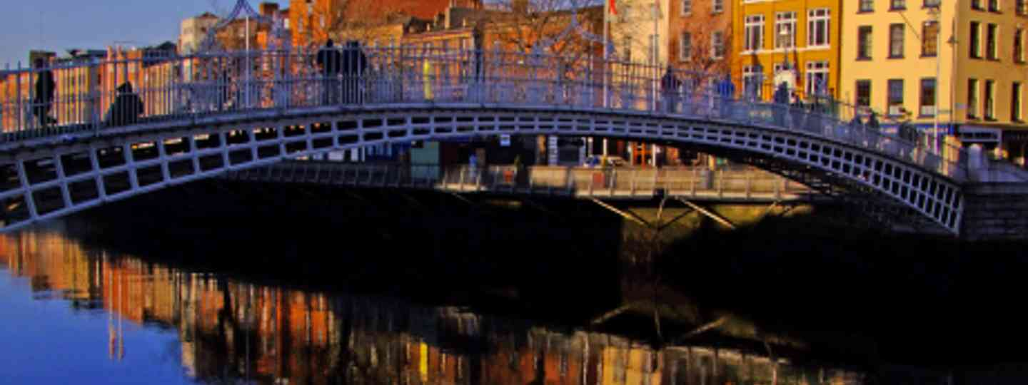 Cross the Ha'Penny bridge on a free walking tour (Steve-h)