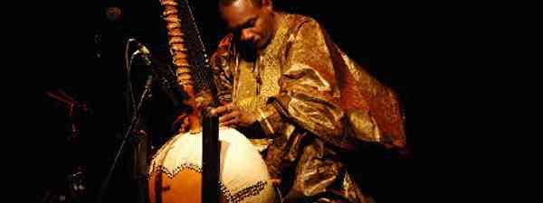 Toumani Diabate playing the kora (Flickr: Gary Larson)