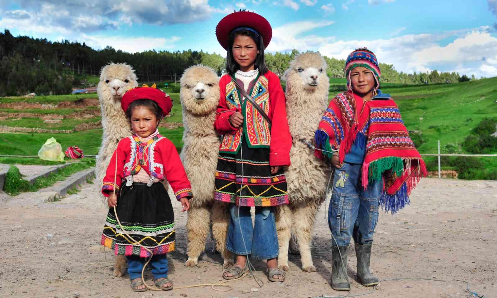 Peruvian children in Sacsayhuaman (Shutterstock)