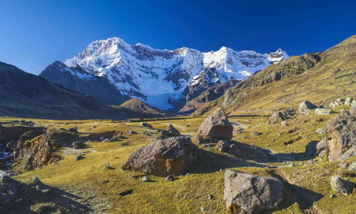 Peaks of Ausangate in Peru (Shutterstock)