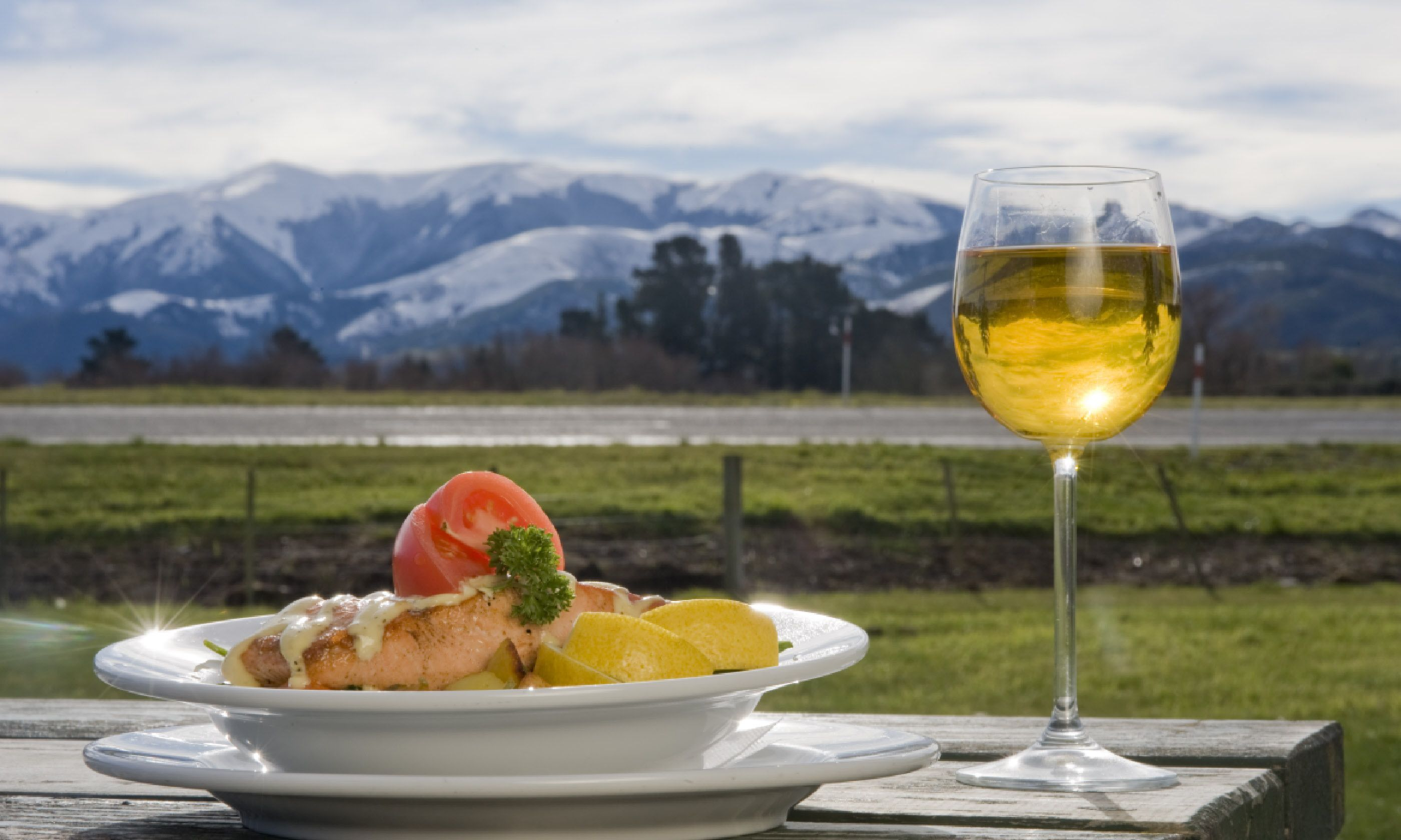 Dining in New Zealand (Shutterstock)