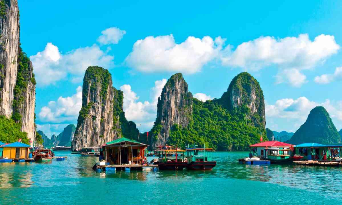 Floating village and rock islands in Halong Bay, Vietnam (Shutterstock)
