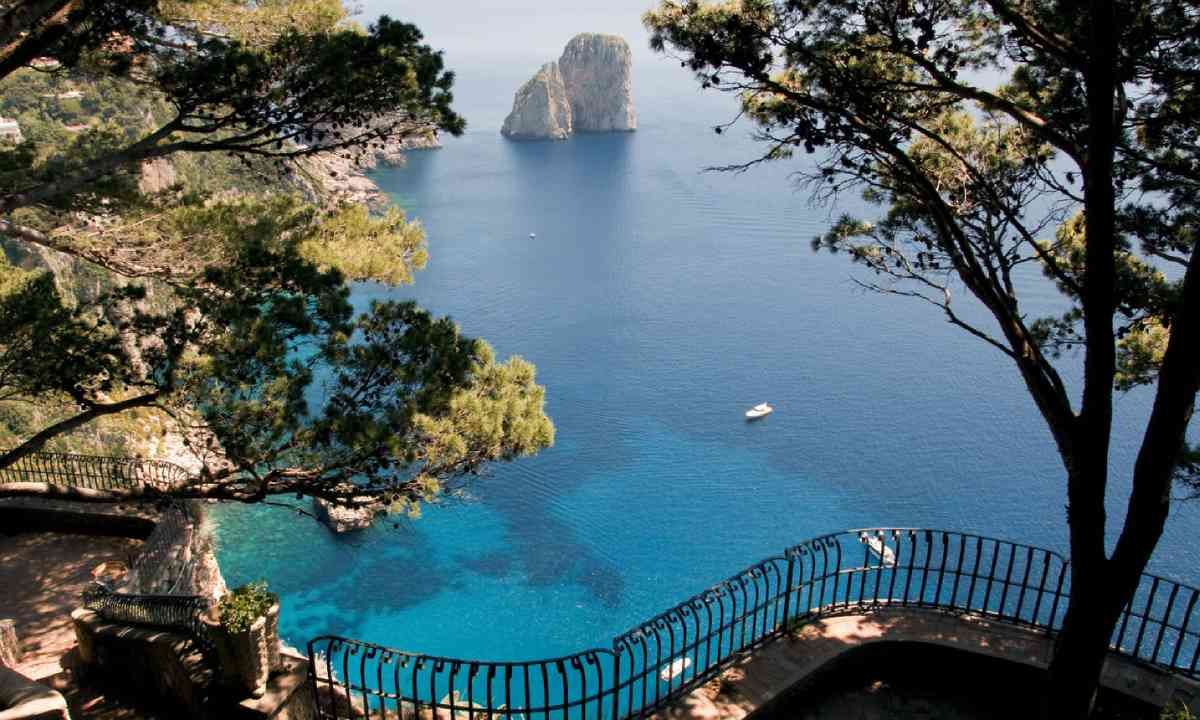 View from a cliff on the island of Capri, Italy (Shutterstock)