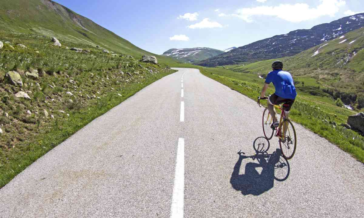 Cycling in France (Shutterstock)