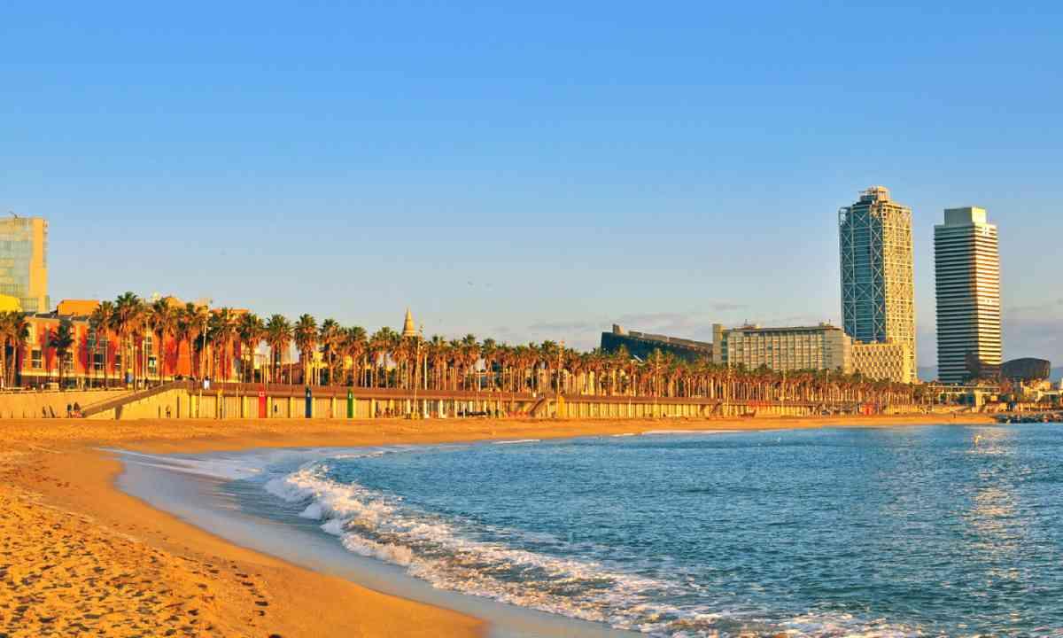 Beach in Barcelona (Shutterstock)