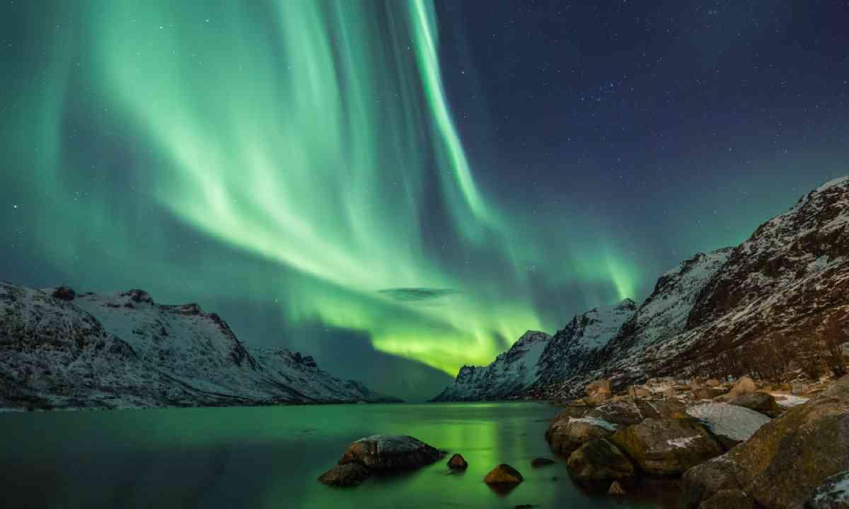 Northern Lights above water's edge (Shutterstock)