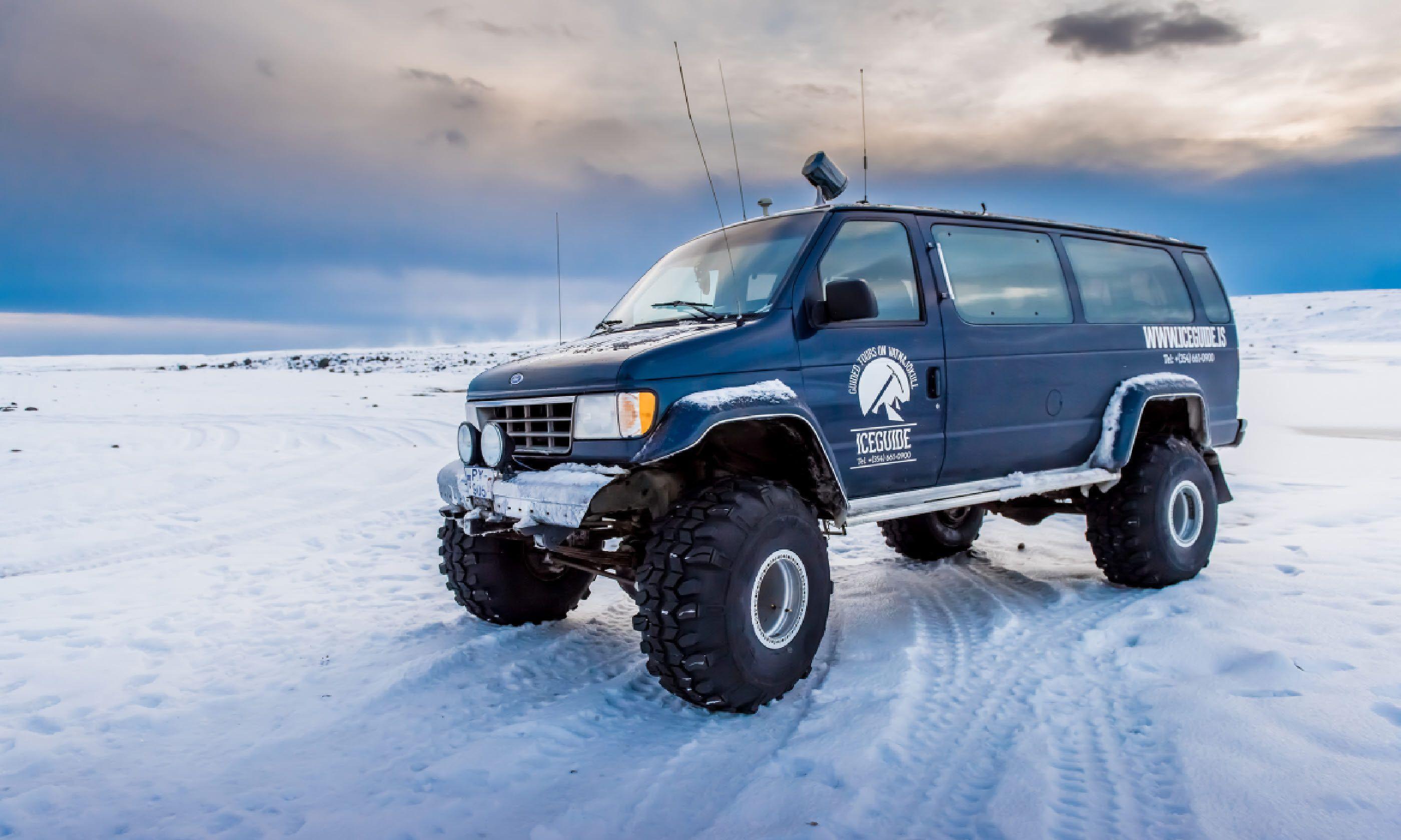 4WD truck at Jokulsarlon ice lagoon (Shutterstock)