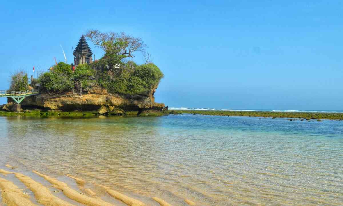 Balekambang beach temple (Dreamstime)