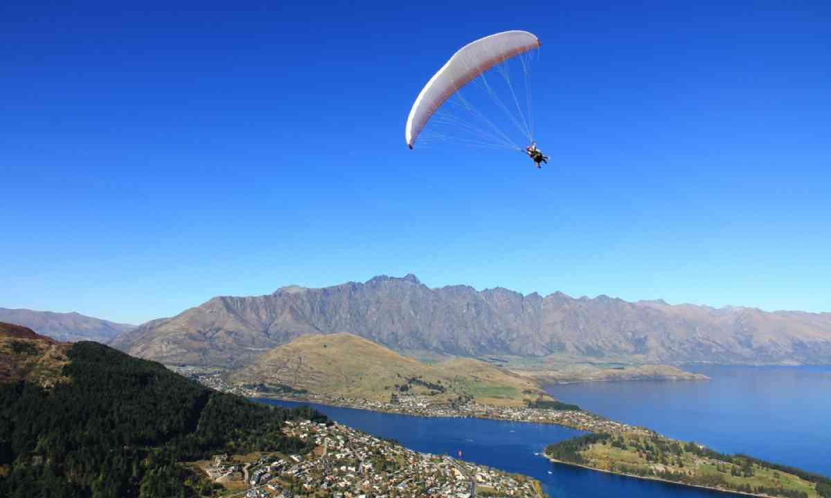 Paragliding New Zealand (Shutterstock)